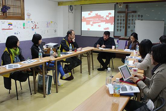 알바노조와 SEIU의 만남 알바노조 할동가들이 SEIU 국제문제 담당자인 닉 루디코프 씨와 함께 이야기를 나누고 있다
