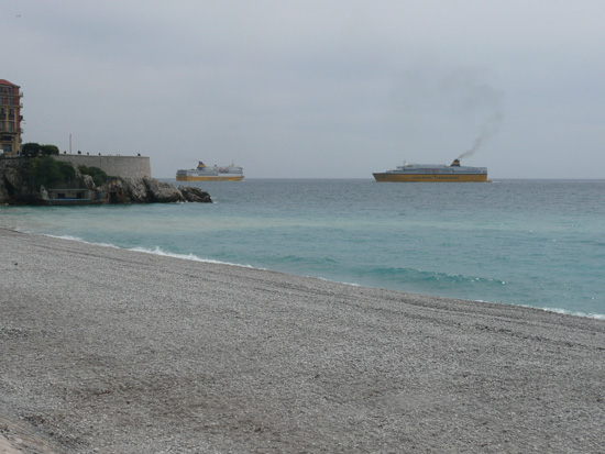 프랑스 니스와 코르시카섬을 연결하는 페리호가 서로 엇갈려 들고 나는 니스항 모습.
