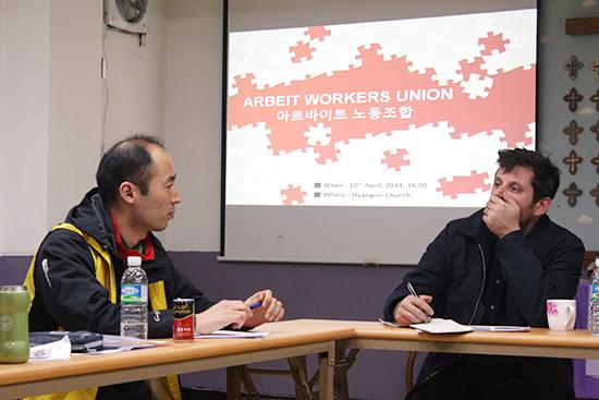 알바노조 구교현 위원장과 대화 중인 SEIU 국제담당 닉  닉 씨가 한국에서의 최저임금 운동에 대한 설명을 듣고 있다.