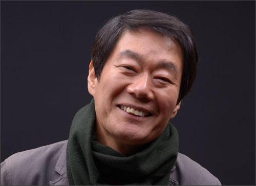 시인 황학주 시인 황학주는 1954년 광주에서 태어나 1987년 시집 <사람>으로 작품활동을 시작했다.