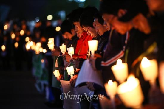 간절한 마음의 시민들 '꼭 돌아와 다오' 세월호 침몰사건 1주일째인 22일 오후 경기도 안산문화광장에서 열린 실종자 무사귀환과 희생자 추모를 위한 촛불문화제에서 참가자들이 묵념을 하고 있다.