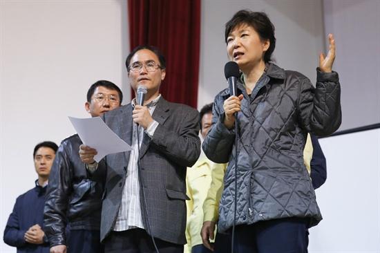 박근혜 대통령이 지난 17일 전남 진도실내체육관을 방문해 여객선 세월호 실종자 가족들의 요구 사항을 듣고 있다.