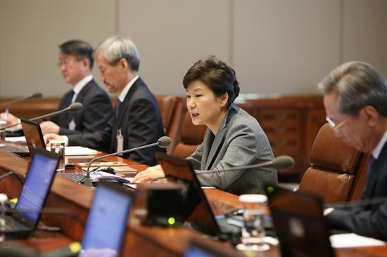 박근혜 대통령이 지난 21일 오전이 청와대에서 열린 대통령주재 수석비서관회의에서 모두발언하고 있다.