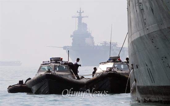 사고해역 수색작전 지휘하는 독도함 여객선 세월호 침몰 사고 발생 8일째인 23일 오전 전남 진도 앞바다 사고해역에서 민관군 합동구조팀이 수색구조 작업을 하고 있다. 해경보트 너머로 보이는 독도함(1만4000t)이 실종자 수색구조 작전을 지휘하는 해군지휘본부 역할을 맡고 있다.