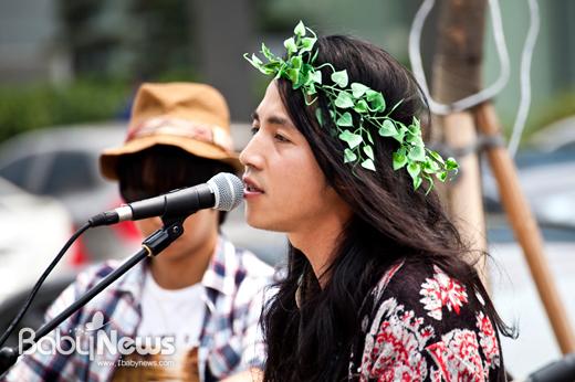 """""""자연보호는 세계평화의 첫 걸음""""이라고 외치며 아이들을 위해 더 좋은 환경을 만들어 줘야 한다고 노래하는 밴드 요술당나귀의 리더 라마."""
