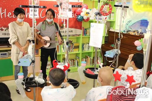 밴드 요술당나귀의 리더 라마(사진 오른쪽)가 가수 아가와 함께 지난해 12월 24일 서울성모병원 어린이학교에서 열린 해피헬시크리스마트 파티에서 환아들 앞에서 공연을 하고 있다.