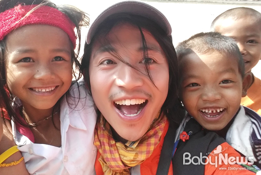 지난 1월 캄보디아 초등학교를 방문해 아이들에게 음악을 가르쳐주고 교가를 만들어주는 봉사활동을 펼친 요술당나귀 리더 라마와 현지 아이들이 밝게 웃고 있다.