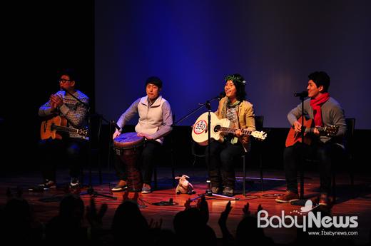 에코밴드 요술당나귀가 소아암 어린이들에게 가발을 만들어주기 위한 '모나콘'(모발나눔콘서트)에서 공연을 하고 있다. 요술당나귀의 리더 라마(사진 왼쪽에서 세번째)는 모나콘 진행자이기도 하다.