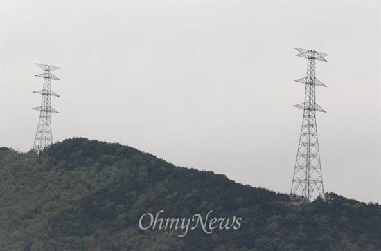 한국전력공사는 '신고리-북경남 765kV 송전선로' 밀양구간 철탑 건설 공사를 벌이고 있다. 사진은 밀양시 상동면 쪽에 세워져 있는 122번과 123번 철탑 모습이다.