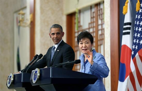 25일 박근혜 대통령과 오바마 미국 대통령이 공동 기자회견을 하고 있다.