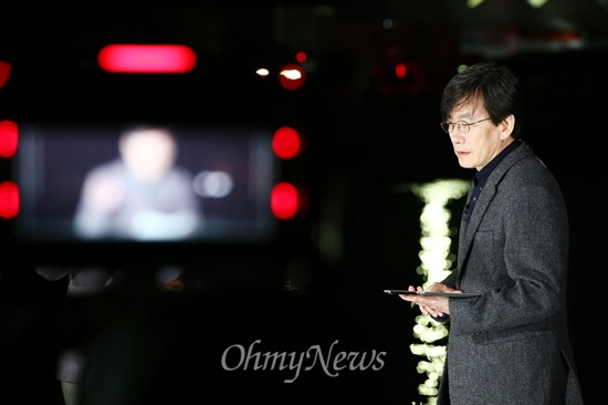 진도에서 뉴스 진행하는 손석희 세월호 침몰사고 10일째인 25일 오후 전남 진도 팽목항에서 'JTBC 뉴스9' 손석희 앵커가 생방송으로 뉴스를 진행하고 있다.