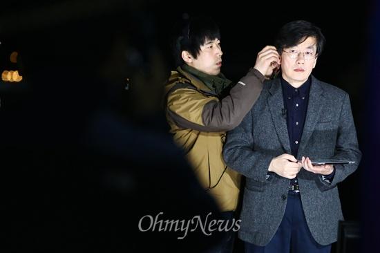 진도 생방송 준비하는 손석희 앵커 세월호 침몰사고 10일째인 25일 오후 전남 진도 팽목항에서 'JTBC 뉴스9' 손석희 앵커가 생방송을 준비하고 있다.