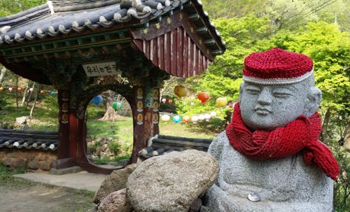 대원사의 태아령과 한꽃문. 한꽃문은 자연과 사람은 하나라는 의미를 지닌 문이다.