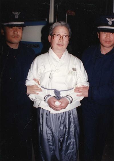 1992년 4월 17일 세모 사기사건 선고공판을 받기 위해 유병언 당시 세모그룹 사장이 입정하고 있다.