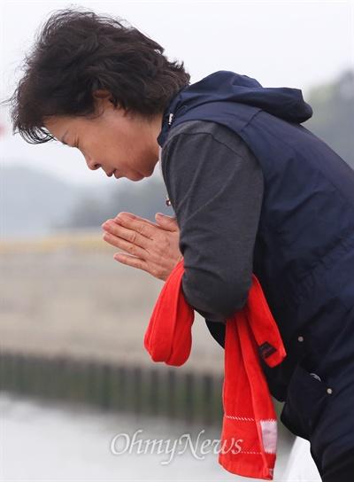 간절히 기도하면 이루어질거야... 세월호 침몰사고 13일째인 28일 오전 비 내리는 팽목항을 뜨지 못하는 실종자 가족이 사고해역을 향해 간절히 기도하고 있다.