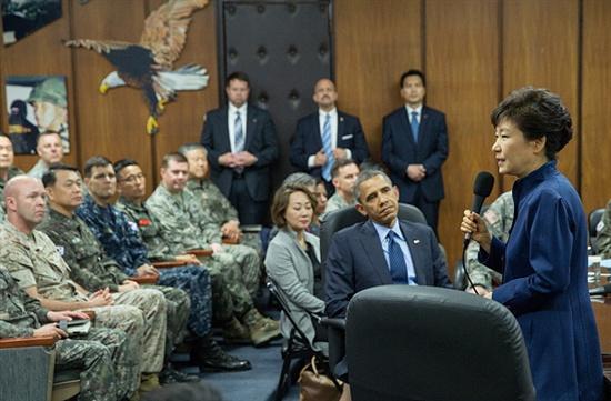 박근혜 대통령과 버락 오바마 미국 대통령이 지난 26일 오전 서울 용산의 한미연합사령부를 방문하고 있다.