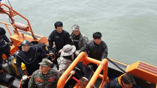 세월호 침몰 사고로 실종된 조카를 구하기 위해 민간잠수부로 활동중인 이모부 유지수(바깥 우측 첫번째)씨와 민간 잠수사의 모습
