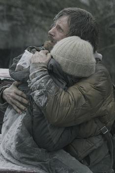 영화 <더 로드>의 한 장면. 폐허로 변한 세상을 배경으로 한 아버지와 아들의 사랑은 눈물겹다.