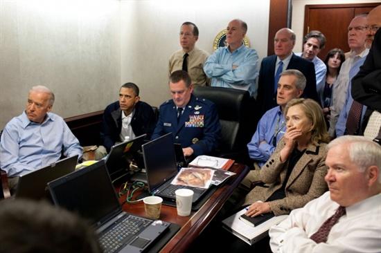 2011년 5월 1일 빈라덴 사살 작전 상황실에서 오바마 대통령이 테이블 중앙은 합동특수작전사령부의 마셜 B. 웹 준장에게 내주고 한 쪽 편에 앉아 있다.