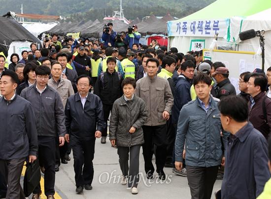 진도 팽목항 방문한 박근혜 대통령 박근혜 대통령이 4일 오후 전남 진도군 팽목항을 방문해 세월호 침몰사고 실종자 가족들과 면담한 뒤 가족대책본부 천막을 나서고 있다. 왼쪽은 이주영 해양수산부 장관.