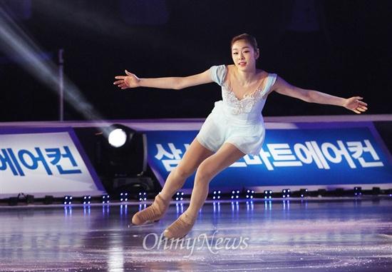 김연아가 4일 오후 서울 올림픽체조경기장에서 17년의 선수생활을 마감하는 은퇴 아이스쇼 올댓스케이트2014에서 공연을 펼치고 있다.