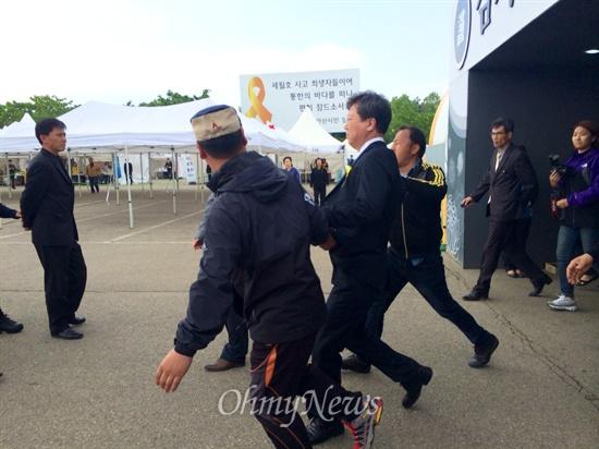 8일 오후 안산 합동분향소를 찾은 KBS 간부진들이 유가족으로부터 격한 항의를 받았다. 이준안 KBS 취재주간이 유가족들에게 끌려나가고 있다. KBS노조에 따르면 김시곤 보도국장은 세월호 참사를 교통사고에 비유해 논란이 됐다.