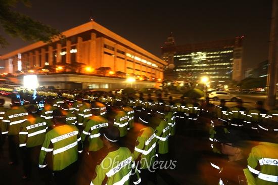 KBS 보호 나선 대규모 경찰들 김시곤 KBS보도국장이 세월호 참사와 교통사고 희생자를 비교하는 발언을 해서 물의를 일으킨 가운데 8일 오후 세월호 참사 유가족들이 여의도 KBS본사를 항의방문하자 경찰들이 KBS건물을 에워싸고 있다.