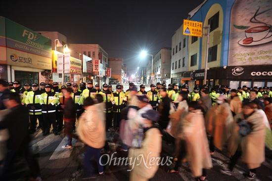 세월호 참사 유가족들이 안산 합동분향소에서 가져온 영정사진을 품은 채 9일 새벽 박근혜 대통령 면담을 요구하며 청와대를 향해 걸어가고 있다. 청와대로 들어가는 골목길은 경찰들이 통제하고 있다.