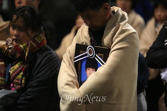 세월호 참사 유가족들이 안산 합동분향소에서 가져온 영정사진을 품은 채 9일 새벽 박근혜 대통령 면담을 요구하며 청와대를 향해 걸어가고 있다.