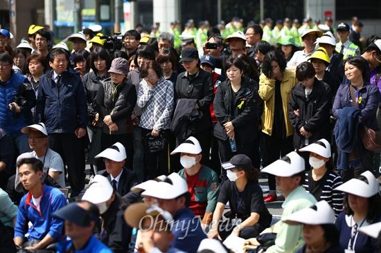 """생존자 학생 가족 """"우리도 함께 하겠다"""" 9일 오전 서울 종로구 청운동사무소 앞에서 세월호 유가족과 생존자 가족들이 박근혜 대통령과 면담을 요구하며 전날 밤부터 길거리에 앉아 항의하던 중 단원고 생존자 학부모들이 대열에 합류하고 있다."""