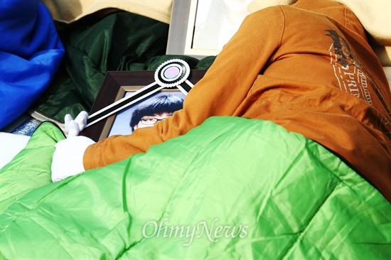 엄마 품속에 잠든 희생자 9일 오전 서울 종로구 청운동사무소 앞에서 세월호 유가족과 생존자 가족들이 박근혜 대통령과 면담을 요구하며 전날 밤부터 길거리에 앉아 항의하던 도중 한 희생자 유가족이 영정을 안고 잠들어 있다.
