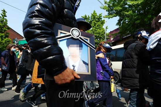 '아들아 집에 가자' 세월호 유가족과 생존자 가족들이 9일 종로구 청운동사무소 앞에서 KBS보도국장의 발언으로 박근혜 대통령과의 면담을 요구하던 도중 길환영 KBS사장에게 사과를 받은 뒤 안산으로 돌아가고 있다.