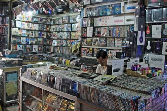 프놈펜 시내에서 흔히 볼 수 있는 DVD 판매점의 모습 최근 캄보디아에서도  저작권에 대한 사회적 인식이 높아짐에 따라 불법 복제 음반이나 영상물에 대한 경찰의 단속이 조금씩 느는 추세다.