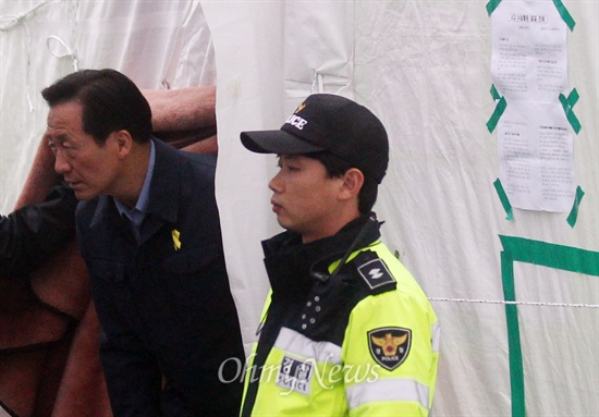 세월호 실종자 가족 만난 정몽준 정몽준 새누리당 서울시장 후보가 14일 오후 전남 진도군 팽목항 세월호 침몰사고 실종자 가족들이 머물고 있는 천막을 찾아 가족을 만난 뒤 자리를 나서고 있다.