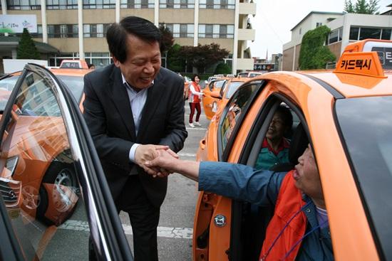 2010년 한나라당 제의를 거절하고 민주당 후보로 약속을 지켰다고.