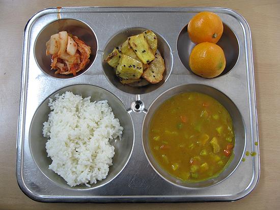 서울 한 초등학교의 급식. 2009년 당시 자료사진.