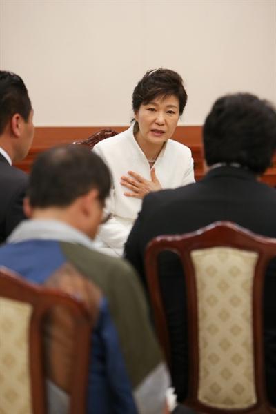 16일 박근혜 대통령이 청와대에서 세월호 유족과 면담하고 있다.