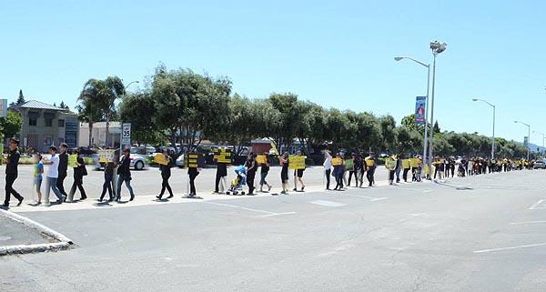 실리콘밸리에서 열린 세월호 참사 시위 행진 많은 교민들이 검은 옷에 노란 리본을 들고, 노란 피켓을 들고 행진하며 세월호 사건의 참상을 알리고 있다.