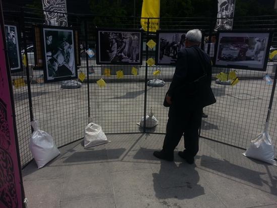 5.18 관련 전시품 관람하는 시민 광화문 광장에서 진행된 5.18 민주화운동 기념 서울행사에 참석한 시민이 설치된 전시품을 관람하고 있다.