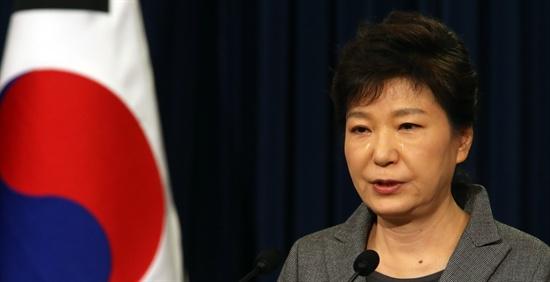 박근혜 대통령이 19일 오전 청와대 춘추관에서 세월호 참사 관련 대국민담화를 발표하며 눈물을 흘리고 있다.