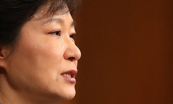 눈물 흘리는 박근혜 대통령 박근혜 대통령이 19일 오전 청와대 춘추관에서 세월호 참사 관련 대국민담화 발표 도중 의로운 희생자 이름을 부르며 눈물을 흘리고 있다.