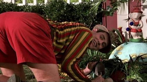 영화 <트루먼 쇼>의 한 장면. 트루먼은 직장에 나갈 때를 제외하곤 항상 옷차림이 범상치 않다.