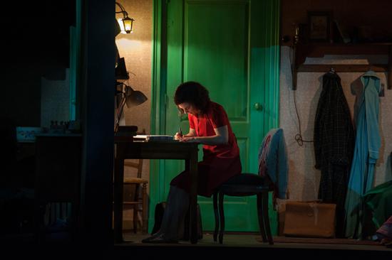 안네극장에서 공연되고 있는 연극 <안네> 중 안네가 일기를 쓰는 장면