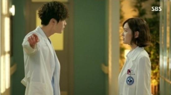 27일 방송된 <닥터 이방인> 8회에서 한승희(진세연 분)에게 화를 내며 '꺼져'라고 하는 박훈(이종석 분).