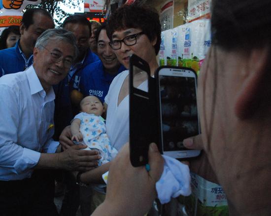 아기와 함께 기념 촬영하는 문재인 의원 새정치민주연합의 문재인 후보가 거리유세 중 만난 가족과 기념촬영을 하는 모습