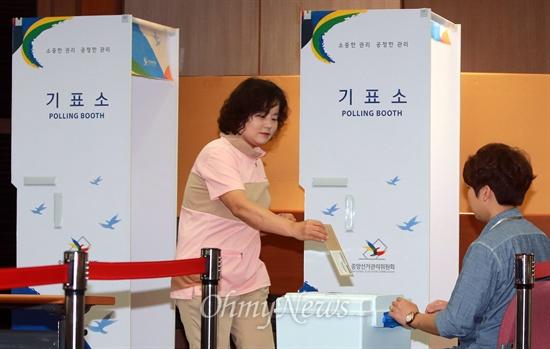 6.4지방선거 사전투표 실시 6.4지방선거 사전투표가 시작된 30일 오전 서울 구로구 구로3동 주민센터에서 유권자들이 사전투표를 하고 있다.