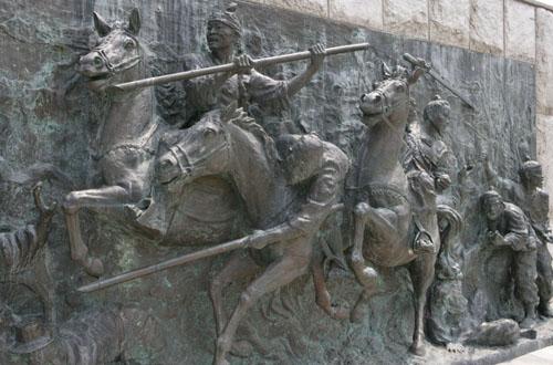 관군에 맞서 싸우고 있는 동학농민군들. 황룡전적지 기념탑에 새겨진 부조물이다.