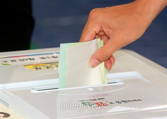 소중한 한 표 행사하는 유권자 6.4지방선거일인 4일 오전 서울 동작구 사당3동 투표소에서 유권자들이 투표를 하고 있다.