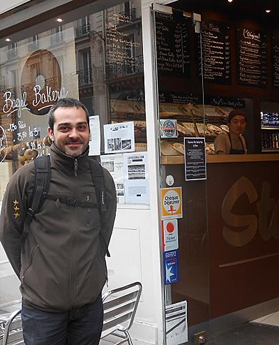 이예다가 일하는 베이글 전문 베이커리의 사장, 요한.