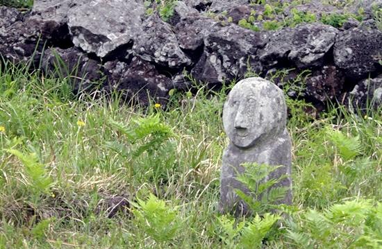 따라비 오름 중턱에서 마주친 산담과 무덤을 지키는 귀여운 동자석.
